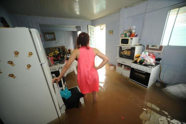 Obra inacabada em bueiro causa alagamentos em Caxias Diogo Sallaberry/Agencia RBS