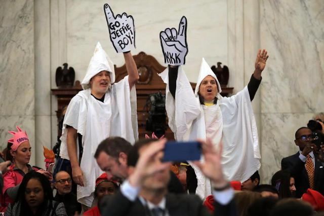 Manifestantes com trajes da KKK interrompem audiência de procurador-geral de Trump CHIP SOMODEVILLA/GETTY IMAGES NORTH AMERICA/AFP