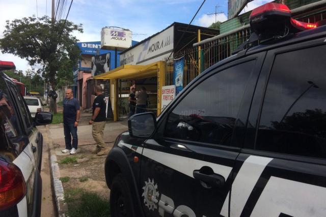 Dono de loja de baterias é baleado em assalto em Porto Alegre Schirlei Alves/Agencia RBS