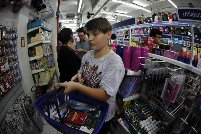 Pesquisar é a saída para economizar no material escolar. Veja preço de 20 itens em oito lojas da Capital Luiz Armando Vaz/Agencia RBS