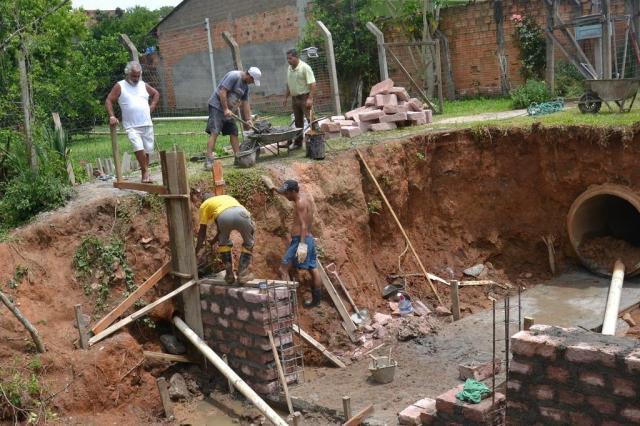 """Depois de quase """"engolir"""" terreno, cratera é fechada em Viamão Leitor DG/Arquivo Pessoal"""