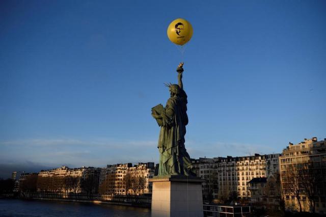 Balão gigante no céu de Paris pede que Obama perdoe Snowden ERIC FEFERBERG/AFP