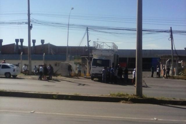 Após ter rescisões canceladas, trabalhadores da Guerra protestam por salário atrasado em Caxias Divulgação/
