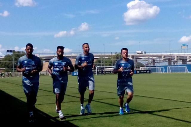 Sob forte calor, jogadores do Grêmio correm no gramado do CT André Silva / Agência RBS/Agência RBS