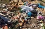 Depósitos clandestinos de lixo em praia do Litoral Norte geram queixas de veranistas