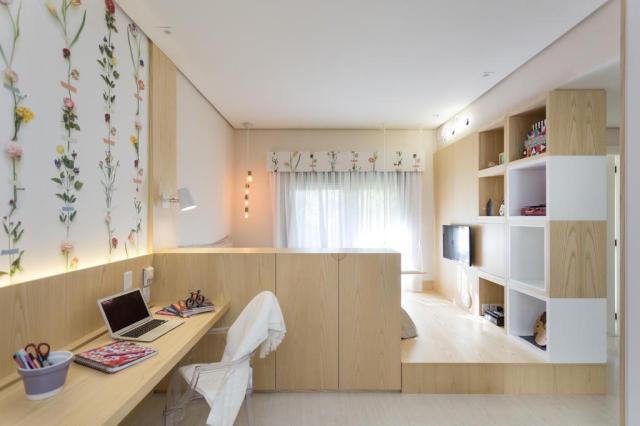 Madeira clara e papel de parede floral transformam quarto de jovem Marcelo Donadussi/Divulgação