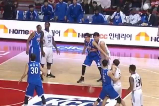 Times de basquete fazem Mannequin Challenge durante jogo na Coreia do Sul Reprodução / Twitter/Twitter