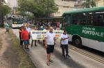 Rodoviários bloqueiam corredores de ônibus em Porto Alegre