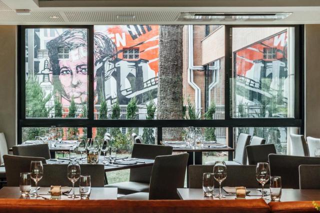 Metais, grafite e traços retos dão o tom em restaurante Cristiano Bauce/Divulgação