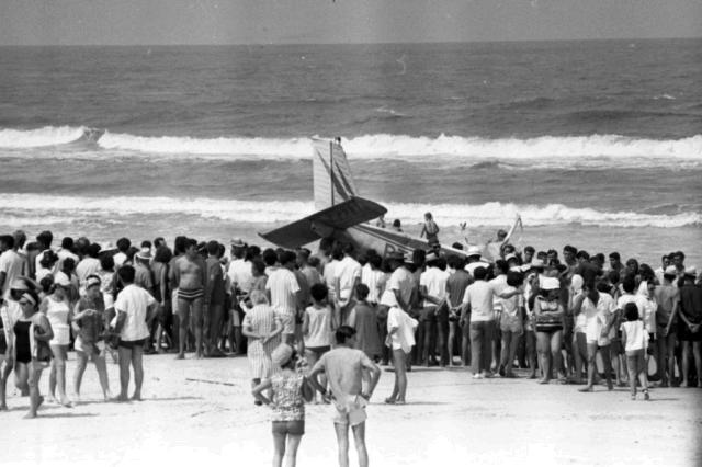 Pelo menos 10 mortes, fogo e pânico: queda de avião à beira-mar de Tramandaí completa 50 anos Martins/Agencia RBS