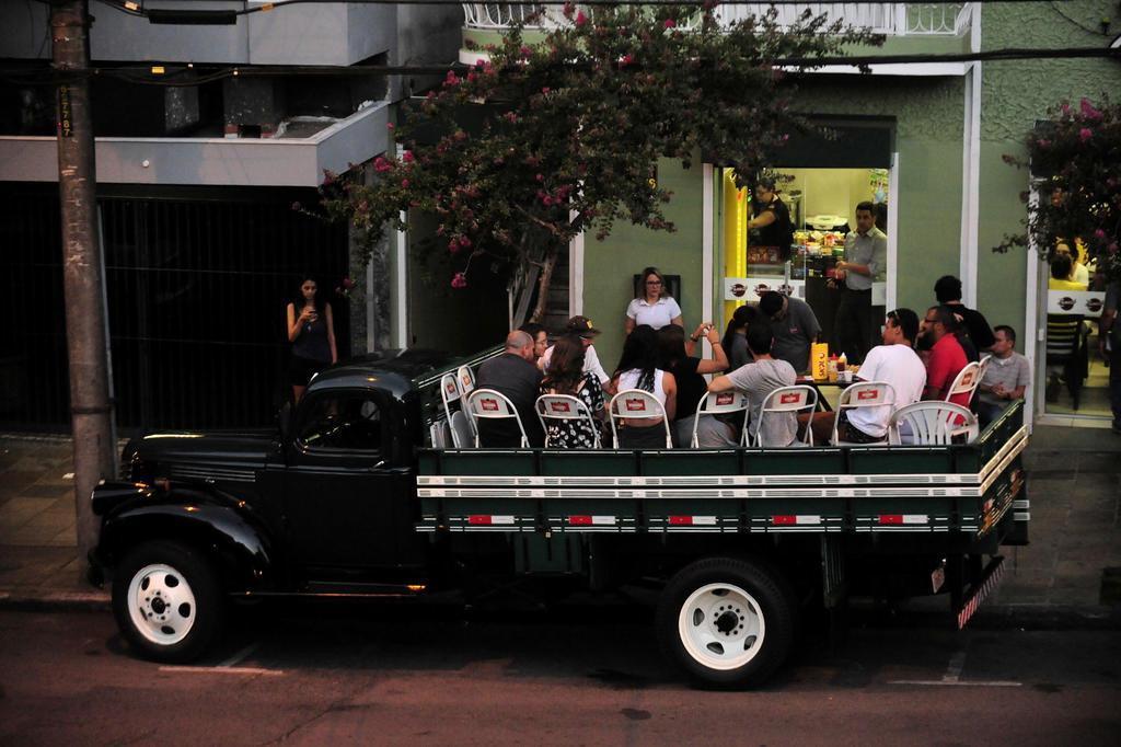 Empresários oferecem caminhões para que bar de Caxias atenda clientes na rua Marcelo Casagrande/Agencia RBS