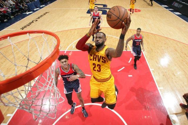 LeBron é o primeiro jogador da NBA a estar no top 20 em pontos, assistências e roubos de bola Ned Dishman/AFP/NBAE/Getty Images