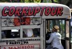 """""""Corruptour"""": passeio de ônibus por instituições corruptas é opção de turismo naCidade do México YURI CORTEZ/AFP"""
