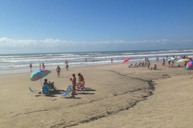 Subprefeitura de Curumim remove fuligem da faixa de areia Lauro Alves/Agência RBS