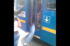 Ladrão é preso na porta de ônibus e levado à delegacia por motorista Reprodução / Reprodução/Reprodução