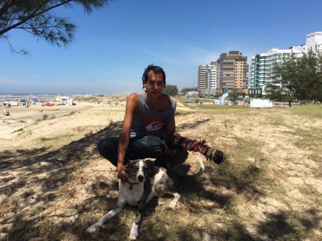 Na busca de um novo lar para seu cão, mochileiro passa um mês em Capão da Canoa Lucas Abati/Rádio Gaúcha
