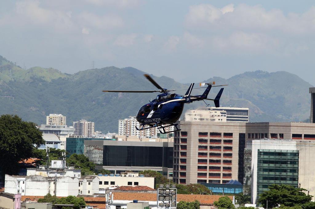 PM do Rio usa helicóptero para driblar bloqueio em batalhões