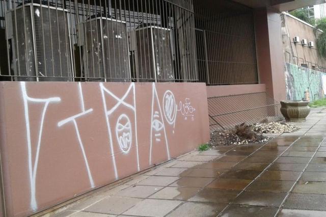 Dupla leva choque elétrico enquanto tentava pichar prédio na Capital Humberto Trezzi/Agência RBS