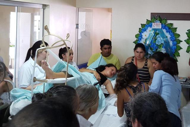 A história por trás da foto de menina levada de maca para velório de familiares Amanda Lima/Rádio Missioneira