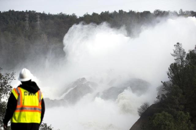 Resultado de imagem para Oroville barragem transito carros