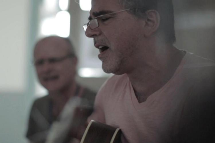 Antônio Villeroy interpreta a música da nova campanha do Pão dos Pobres Paim Comunicação/Divulgação