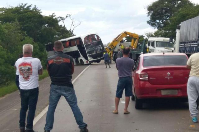 PRF retira ônibus que tombou na BR-290 em Eldorado do Sul Eduardo Alex Soares/Arquivo pessoal