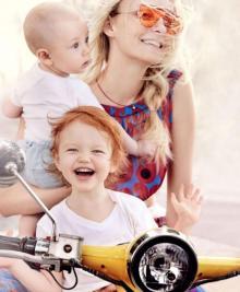 Carol Trentini posa com os filhos para editorial clicado por Mario Testino Mario Testino/Divulgação Vogue