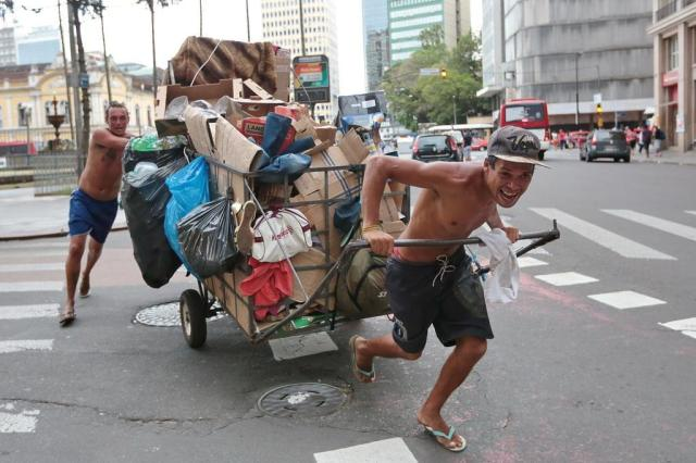 Lei que proíbe carrinhos de catadores entra em vigor em duas semanas. Eles vão viver de quê? André Ávila/Agencia RBS