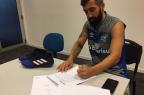 Em recuperação de lesão, Douglas renova contrato com patrocinador Divulgação/