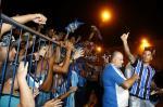 Barrios chega a Porto Alegre com festa da torcida