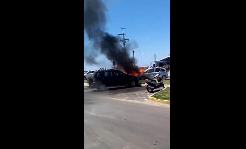 Briga na praia de Capão termina com duas pessoas esfaqueadas e dois carros, incendiados
