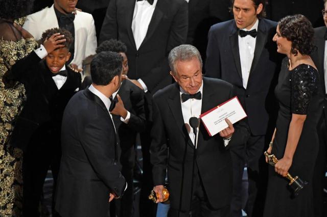 """Gafe histórica: atores anunciam Oscar de Melhor Filme por engano para """"La La Land"""" Mark RALSTON/AFP"""