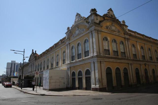 Após pichações, DMLU limpa paredes do Mercado Público de Porto Alegre Tadeu Vilani/Agencia RBS