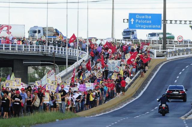 Manifestantes ligadas ao MST realizam ato pelo Dia da Mulher no centro da Capital Ronaldo Bernardi/Agência RBS