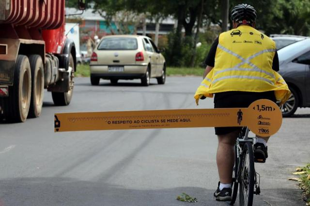 Ciclistas usam régua gigante para alertar motoristas sobre distância segura Tadeu Vilani/Agencia RBS