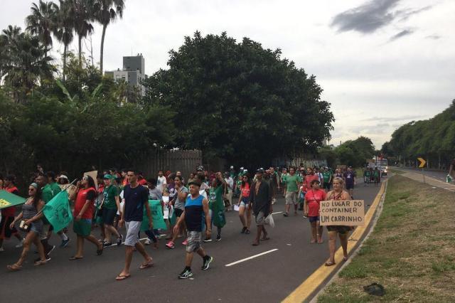 Carrinheiros fazem protesto contra lei que proíbe circulação de carroças em Porto Alegre Marina Pagno/Rádio Gaúcha