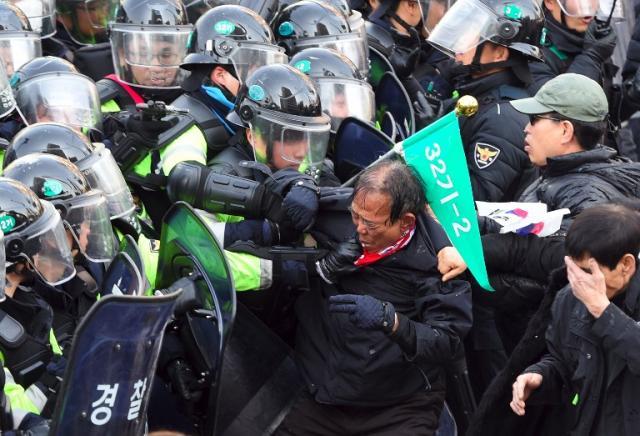 Protestos após impeachment da presidente deixam dois mortos na Coreia do Sul JUNG YEON-JE / AFP/