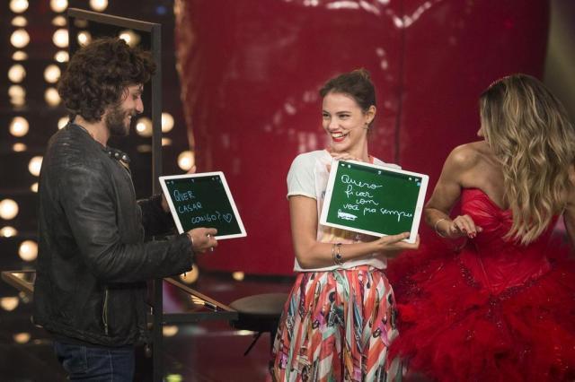 """Chay Suede pede Laura Neiva em casamento no palco do """"Amor & Sexo"""" Maurício Fidalgo/TV Globo/Divulgação"""