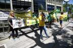 Manifestação reúne 20 pessoas pedindo intervenção militar Mariana Fontoura/Especial