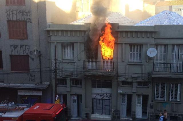 Bombeiros combatem incêndio na Avenida Cristóvão Colombo Josué Rodrigues/Arquivo pessoal