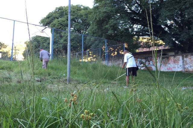 Moradores fazem mutirão para limpar praça do bairro Jardim Ypu, em Porto Alegre Cleidi Pereira/Agência RBS