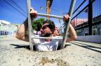 VÍDEO: conheça o buraco de rua que exige uma escada para ser explorado Ronaldo Bernardi/Agência RBS