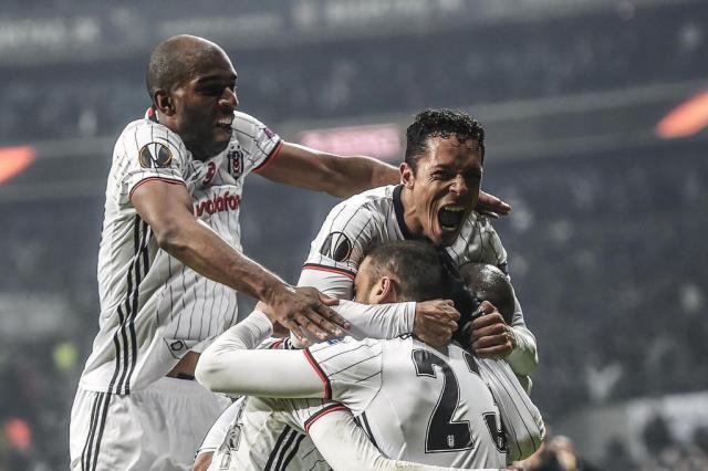 Com um a menos, Besiktas goleia Olympiacos e avança na Liga Europa BULENT KILIC/AFP