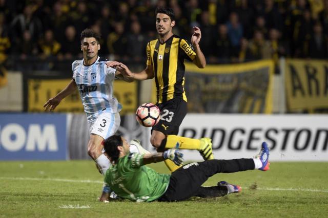 Peñarol se recupera e, de virada, vence o Tucumán em casa MIGUEL ROJO/AFP