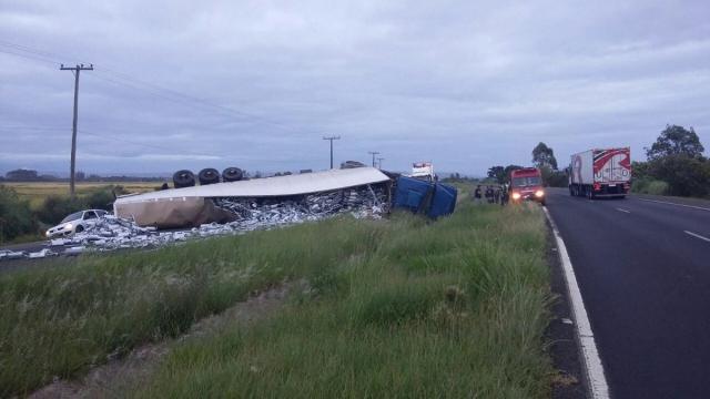Caminhão tomba e bloqueia BR-101 na divisa entre SC e RS Divulgação/PRF