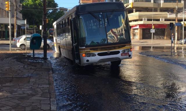 Ônibus fica preso em buraco após asfalto ceder em alagamento na zona norte de Porto Alegre Felipe Daroit/Rádio Gaúcha