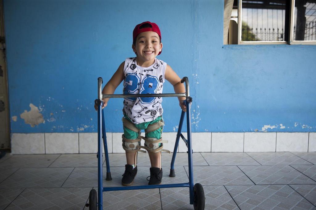 Aos cinco anos, Michel conseguiu ficar em pé pela primeira vez Porto Alegre/Especial