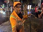 Gari que trabalhava em limpeza após Saint Patrick's Day canta clássicos de Elvis em Porto Alegre Cid Martins/Gaúcha