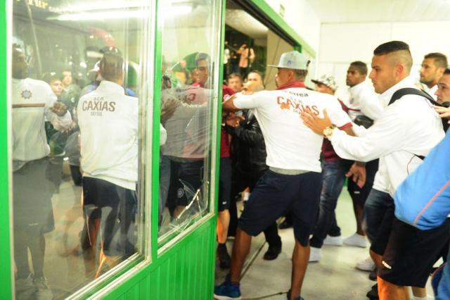 Na saída da delegação grená do Jaconi, confusão, briga e bate-boca Diogo Sallaberry/Agencia RBS