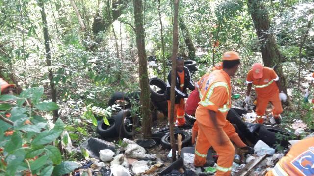 Após 45 dias, lixo descartado irregularmente é retirado de terreno na Eduardo Prado Assessoria de Comunicação Social / DMLU/DMLU